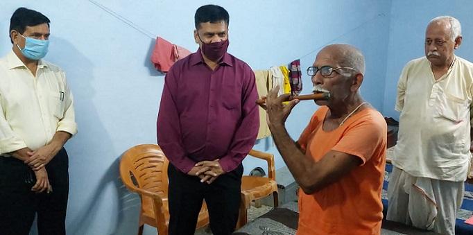 Bahraich News: वृद्धाश्रम के निरीक्षण में संवासी सूर्यलाल के बांसुरी वादन पर मुग्ध हुए डीएम