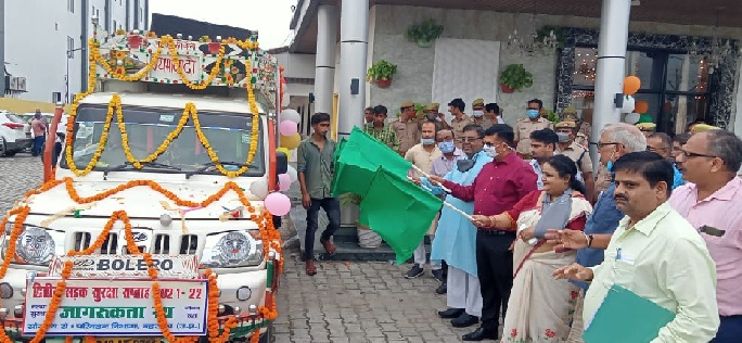 Bahraich News: सांसद ने प्रचार वाहन को दिखाई हरी झण्डी