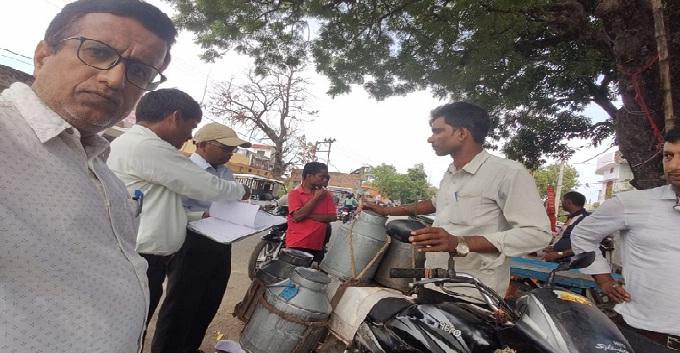 Balrampur News: खाद्य सुरक्षा टीम ने मिलावटी सरसों का तेल कराया नष्ट