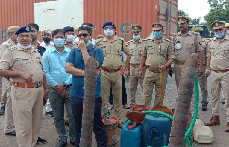 देवरिया : तेल डिपो के आस-पास प्रशासन ने मारा छापा, लाखों के तेल बरामद