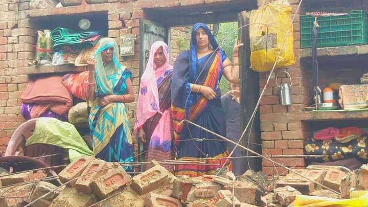 इटावा : बरसात में मकान का लेंटर टूटकर गिरा, भागकर बचाई परिवार ने जान