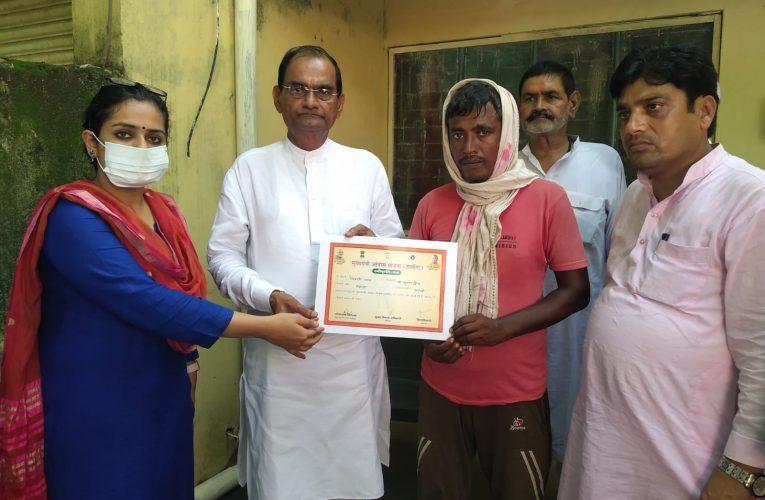 फतेहपुर: दैवीय आपदा पीड़ित परिवार को मुख्यमंत्री आवास योजना की मिली आर्थिक मदद