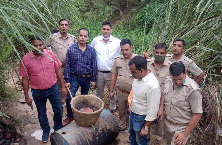 आबकारी विभाग ने चार गांवों में की छापेमारी, दो हजार किलो लहन बरामद