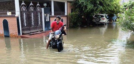 पूर्व मंत्री प्रो.अभिषेक ने सहारा स्टेट में जलभराव की समस्या दिखाई