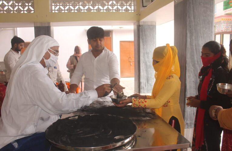 वाराणसी: शरद पूर्णिमा पर श्रद्धालुओं ने गंगा में लगाई डुबकी, दान पुण्य