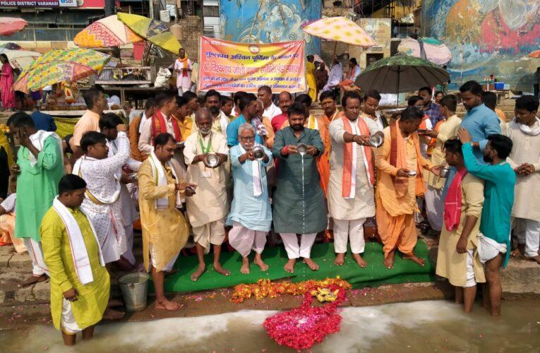 वाराणसी: विश्व शान्ति और प्रधानमंत्री के दीर्घ जीवन के लिए मां गंगा का दुग्धाभिषेक